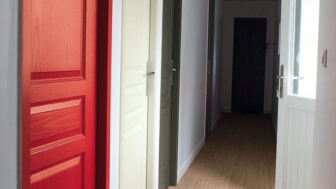 Puertas del pasillo en diferentes colores im genes y fotos - Colores para puertas ...